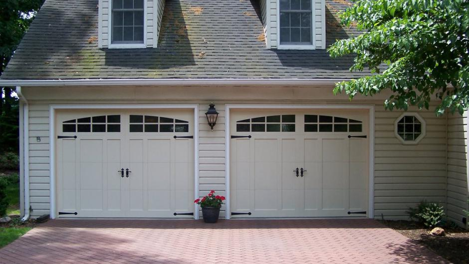 Foam-injected residential garage doors, 5600 series with decorative hardware