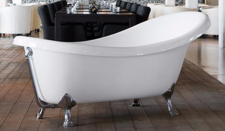Classic Victorian style bathtub conveys an especially high feeling of comfort